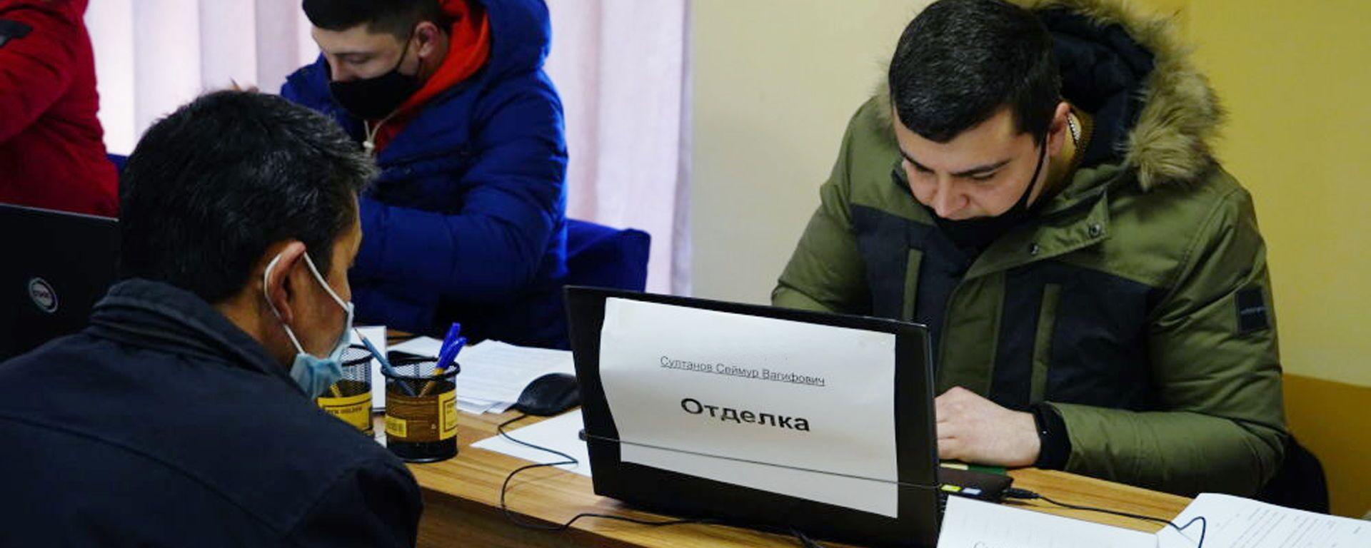 От желающих нет отбоя: строители из Самарканда прошли отбор на работу в РФ - Sputnik Узбекистан, 1920, 01.02.2021