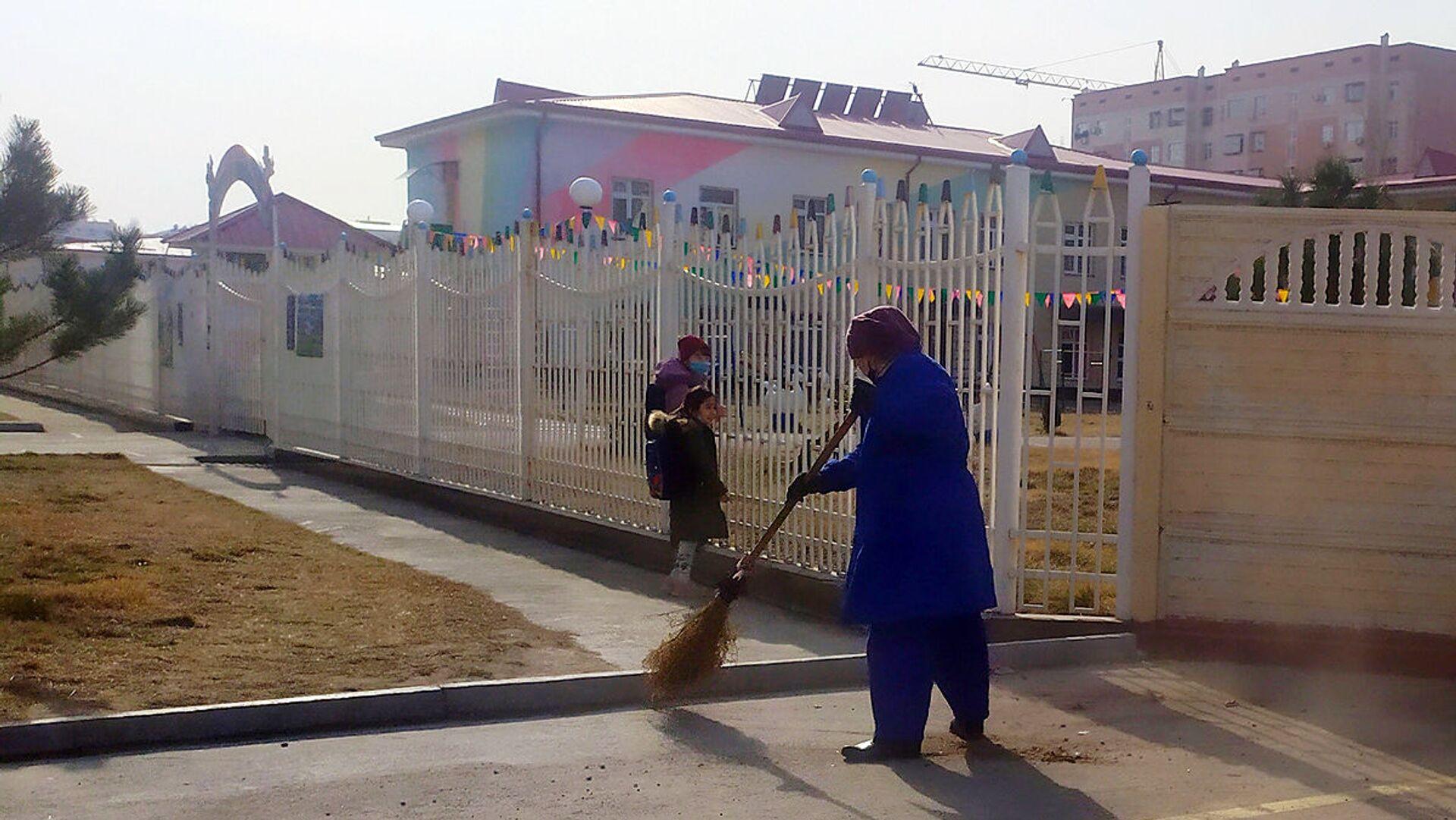 Женщина подметает улицу - Sputnik Узбекистан, 1920, 23.08.2021
