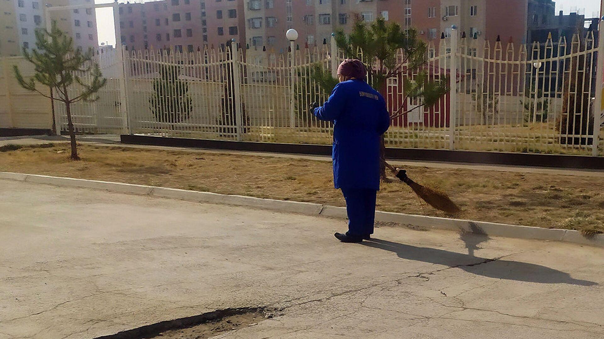 Женщина подметает улицу - Sputnik Ўзбекистон, 1920, 17.09.2021