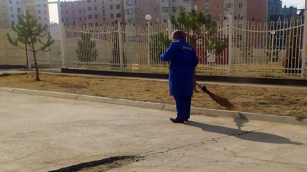 Женщина подметает улицу - Sputnik Ўзбекистон