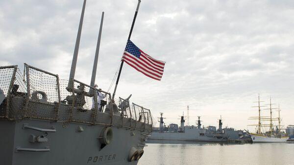 Флаг США развевается на борту американского эсминца Портер - Sputnik Узбекистан