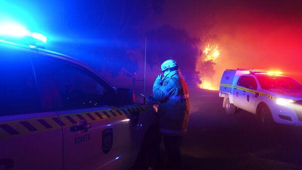 Пожарный на тушении пожара в Вуроло, недалеко от Перта, Австралия - Sputnik Узбекистан