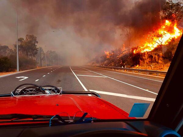 Лесной пожар у дороги в Вуролоу, недалеко от Перта, Австралия. - Sputnik Узбекистан