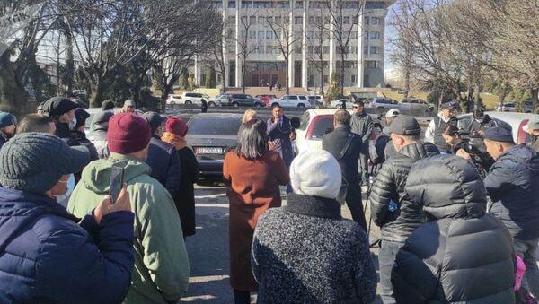 U zdaniya Jogorku Kenesha v Bishkeke proxodit miting protiv naznacheniya Ulukbeka Maripova premyer-ministrom Kыrgыzstana - Sputnik Oʻzbekiston
