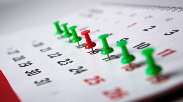 Настенный календарь с воткнутыми булавками - Sputnik Узбекистан