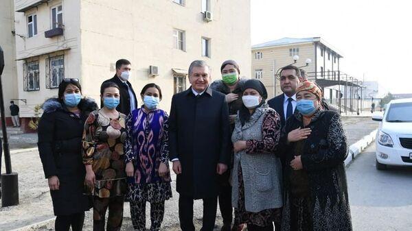 Shavkat Mirziyeyev nezaplanirovanno posetil maxallyu Shodiyona v Fergane - Sputnik Oʻzbekiston