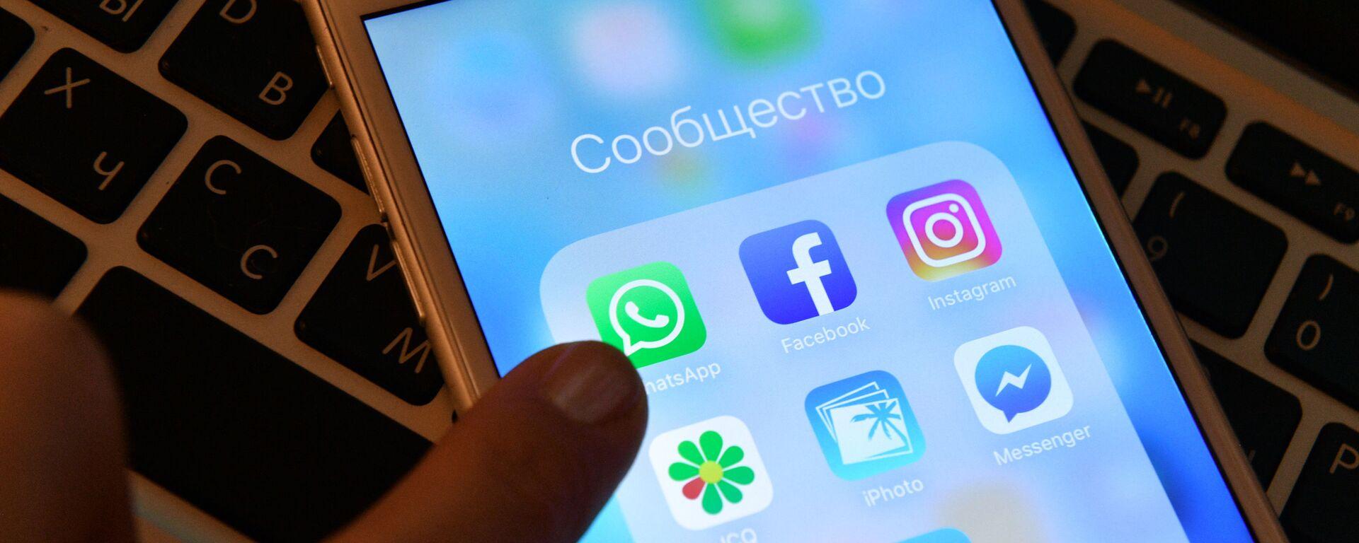Иконка мессенджера WhatsApp на экране смартфона. - Sputnik Узбекистан, 1920, 31.03.2021