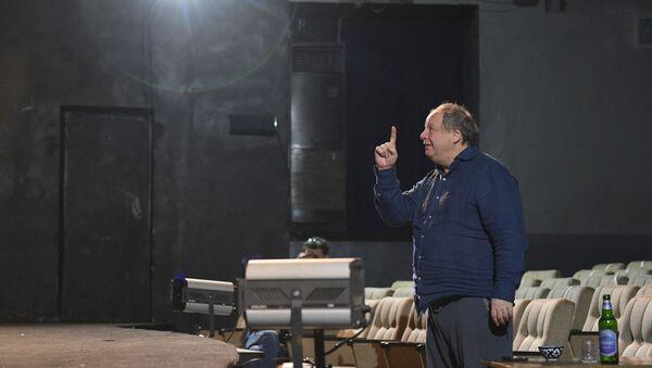 Российский режиссер театра и кино Дмитрий Астрахан во время репетиции в Ташкенте - Sputnik Узбекистан