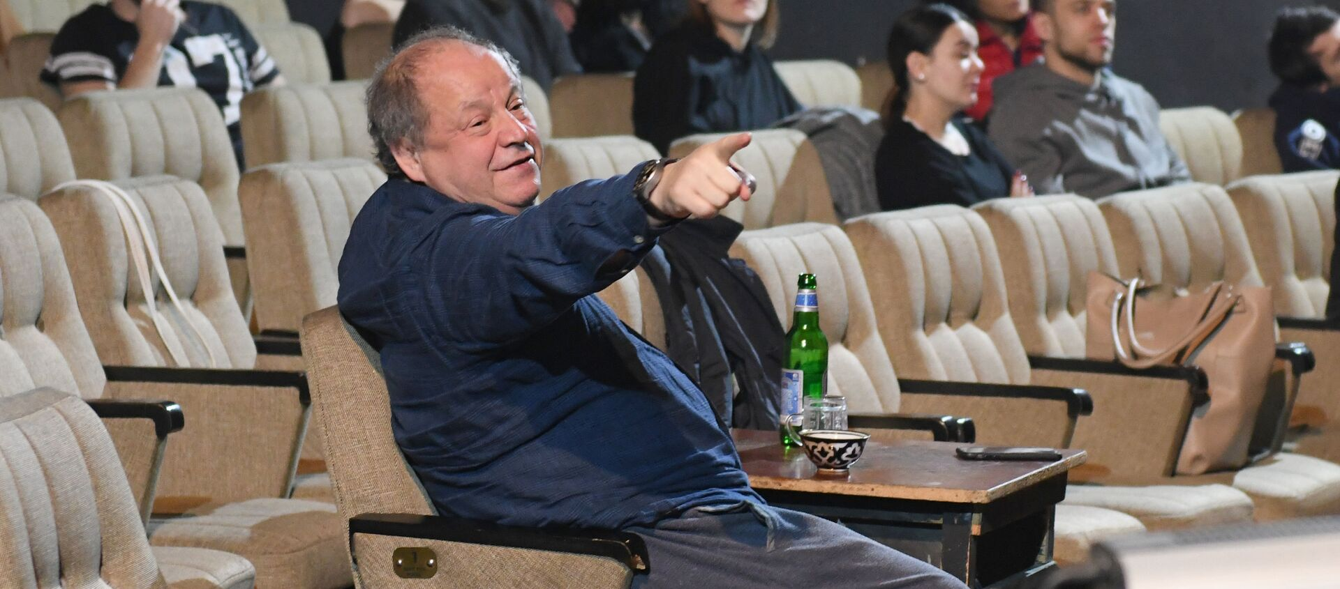 Российский режиссер театра и кино Дмитрий Астрахан во время репетиции в Ташкенте - Sputnik Узбекистан, 1920, 05.02.2021