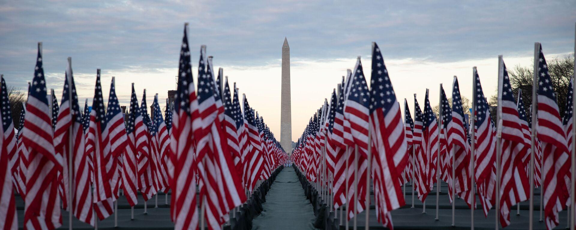 Флаги США перед Монументом Вашингтону - Sputnik Узбекистан, 1920, 06.02.2021