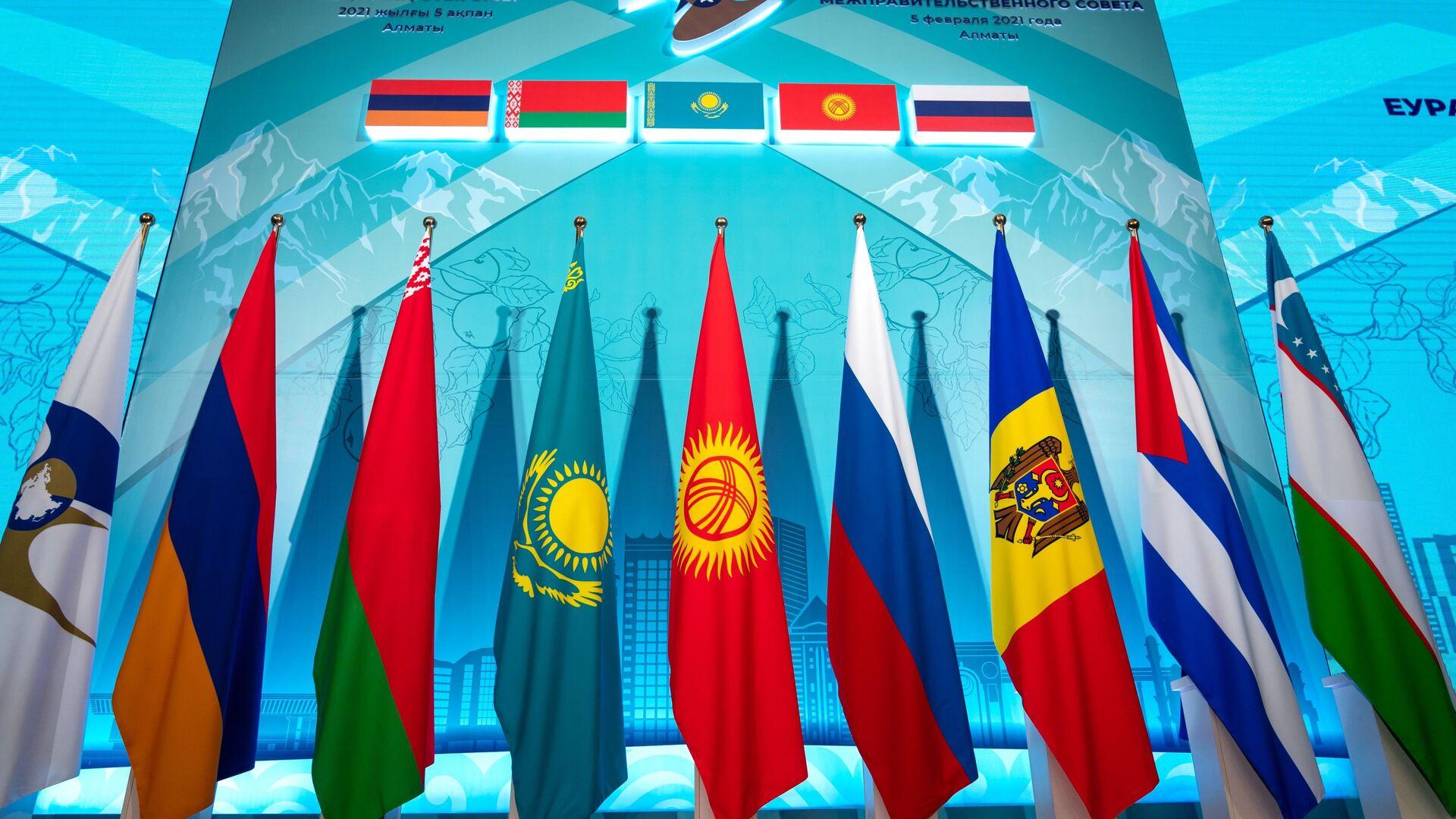 Флаги стран-участниц ЕАЭС и государств-наблюдателей при союзе - Sputnik Ўзбекистон, 1920, 13.10.2021