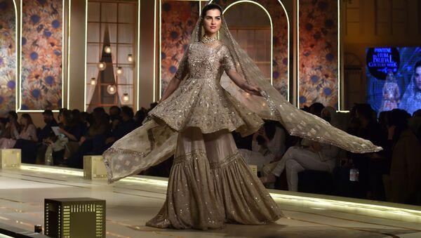 Модель во время презентации коллекции Ayesha and Usman Ali на показе мод Hum Bridal Couture Week в Лахоре  - Sputnik Узбекистан