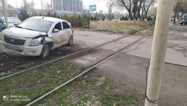 В Яшнабадском районе Ташкента тепловоз столкнулся с Cobalt - Sputnik Ўзбекистон
