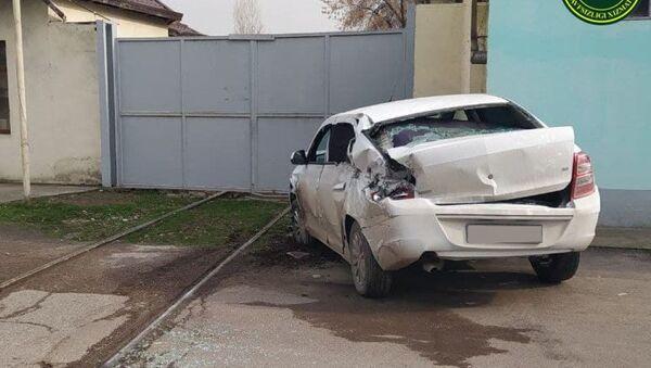 АвтомобильCobalt пострадал в аварии с тепловозом - Sputnik Узбекистан