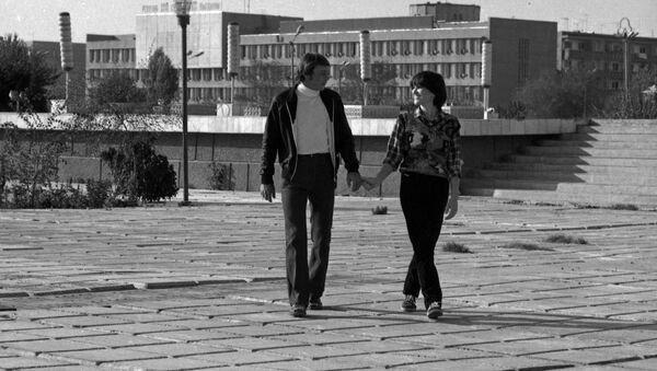 Роза и Бахтияр Аллабергеновы прогуливаются по улицам Ургенча, март 1983 года. - Sputnik Узбекистан