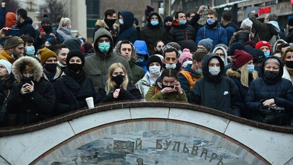 Участники несанкционированной акции сторонников Алексея Навального на Пушкинской площади в Москве - Sputnik Узбекистан