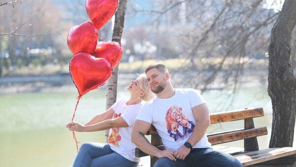 Парень и девушка на скамейке в Японском саду в Ташкенте - Sputnik Узбекистан