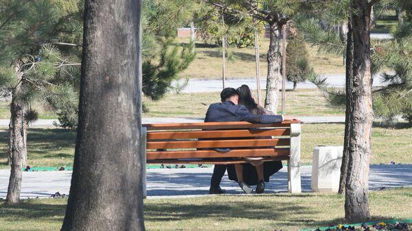 В Ташкенте появилось еще одно место, где можно уединиться с любимым человеком - аллея литераторов - Sputnik Узбекистан