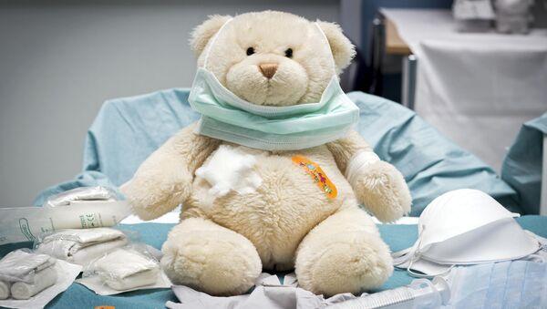 Игрушка медведя в детской больничной палате - Sputnik Узбекистан