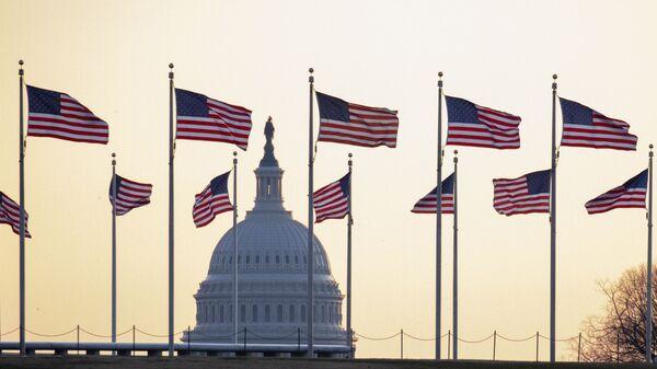 Amerikanskiye flagi na fone Kapitoliya v Vashingtone, SSHA - Sputnik Oʻzbekiston