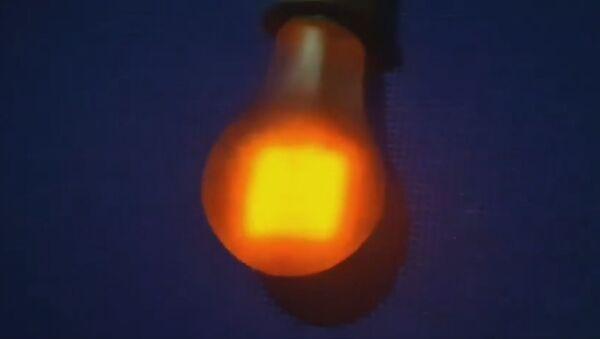 Лампочку, которая светит 95 лет, заботливо хранят в Беларуси - видео - Sputnik Узбекистан
