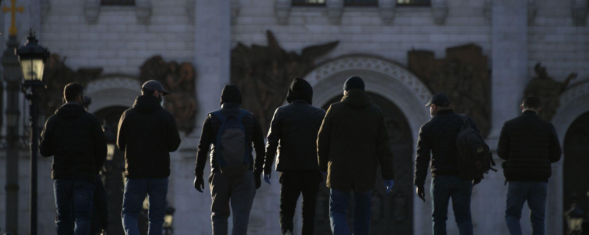 Пешеходы идут по Патриаршему мосту в Москве - Sputnik Ўзбекистон, 1920, 22.04.2021