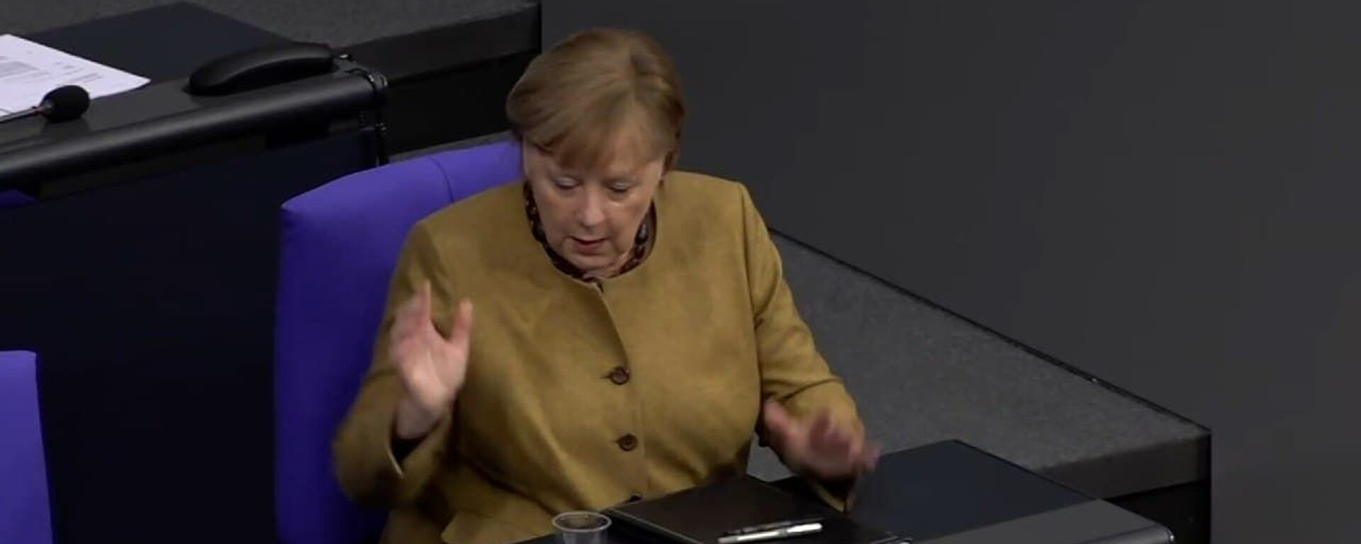 Меркель забыла надеть маску: ее реакция на конфуз стала вирусной - видео - Sputnik Узбекистан, 1920, 19.02.2021