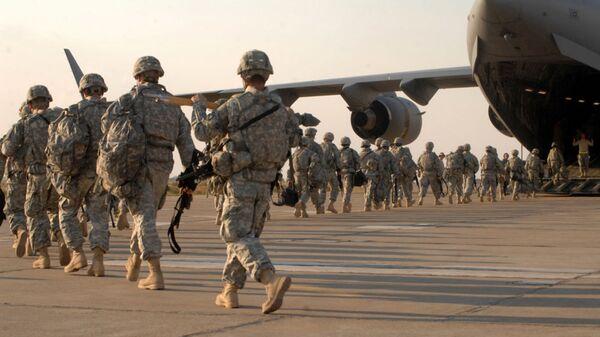 Американские военные во время посадки на самолет на авиабазе в Киркуке, Ирак - Sputnik Ўзбекистон