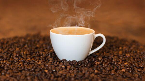Чашка кофе на кофейных зернах - Sputnik Узбекистан