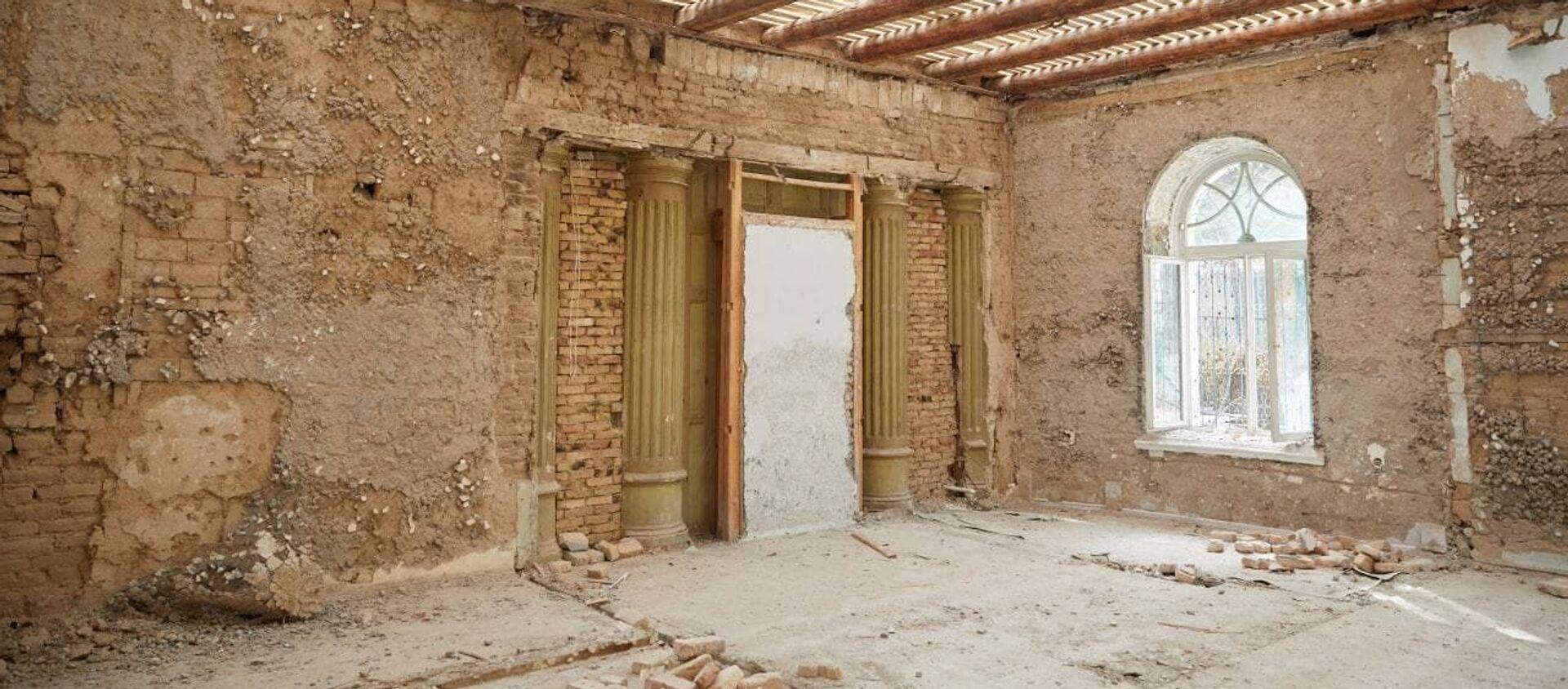 Во время реконструкции Республиканской детской библиотеки обнаружили аутентичные колонны - Sputnik Узбекистан, 1920, 19.02.2021