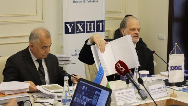 В Ташкенте презентовали Конституцию Узбекистана и закон республики О правах лиц с инвалидностью, изданные на шрифте Брайля - Sputnik Узбекистан