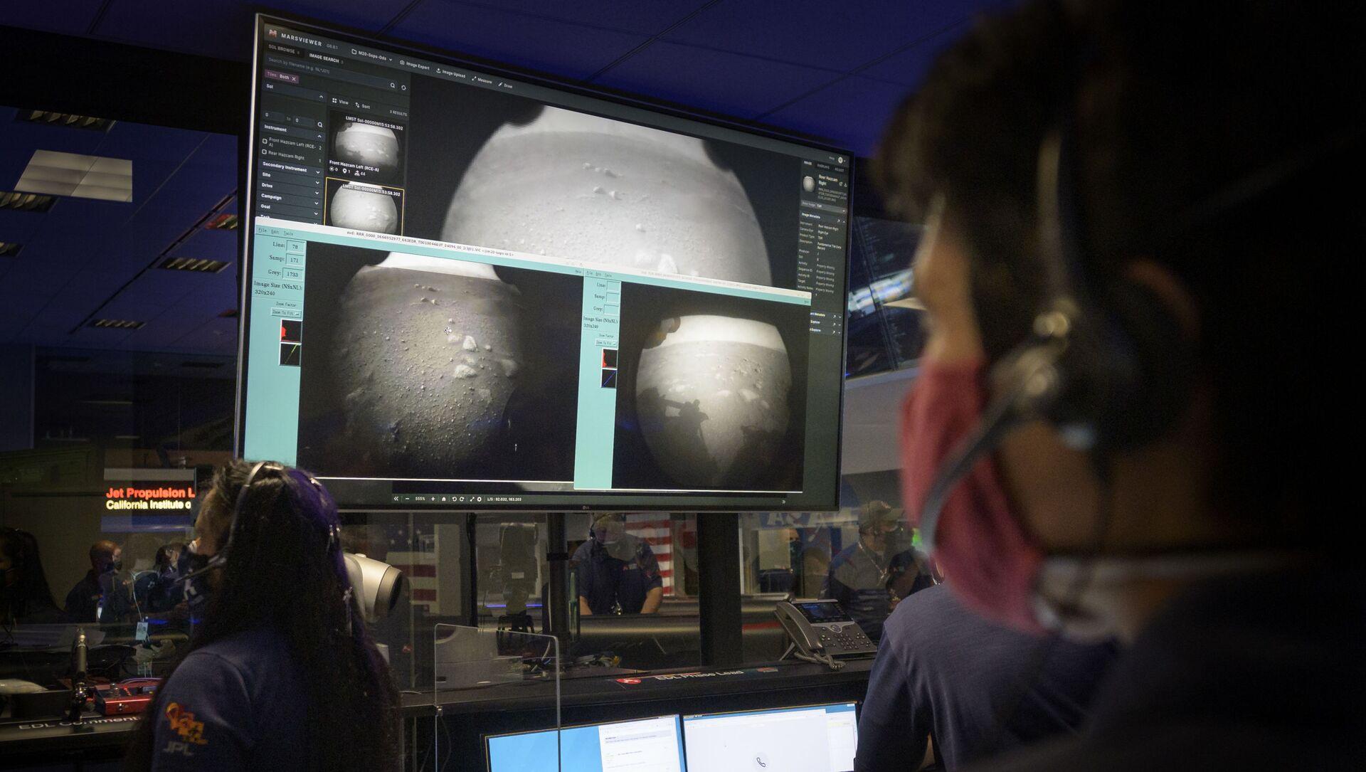 Члены команды NASA наблюдают за первыми изображениями, полученными с марсохода Perseverance после его посадки на Марс - Sputnik Узбекистан, 1920, 20.02.2021