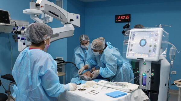 Операция на глаза в рамках благотворительной акции проекта Ko'ngil ko'zi - Sputnik Узбекистан