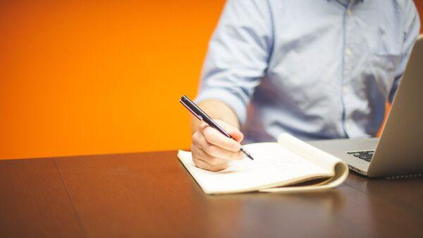 Мужчина работает с бумагами - Sputnik Ўзбекистон