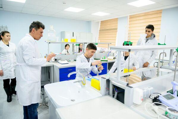 Наиболее успевающие студенты второго курса уже сейчас подключаются к научно-исследовательской деятельности. - Sputnik Узбекистан