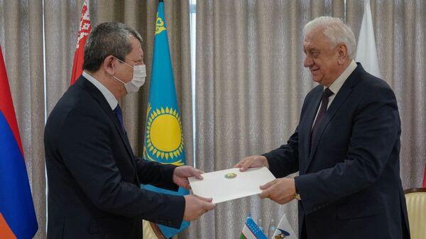 Представитель Узбекистана при ЕАЭС Шухрат Шукуров (слева) и председатель Коллегии ЕЭК Михаил Мясникович - Sputnik Узбекистан