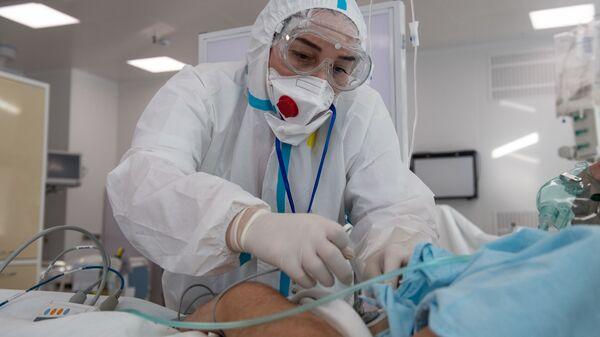 Врач и пациент в отделении реанимации и интенсивной терапии - Sputnik Узбекистан