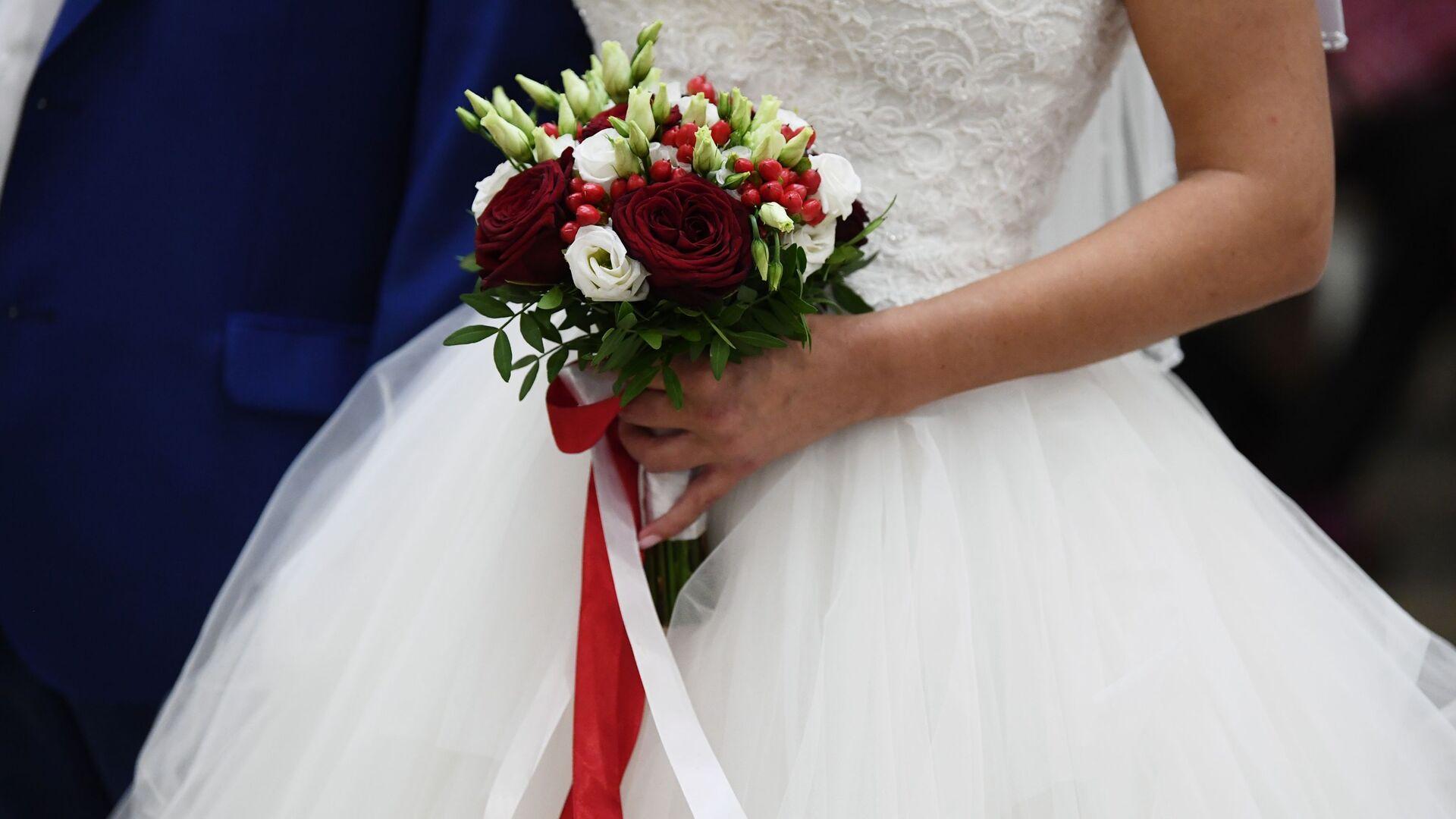 Букет в руках невесты на свадьбе - Sputnik Ўзбекистон, 1920, 20.09.2021