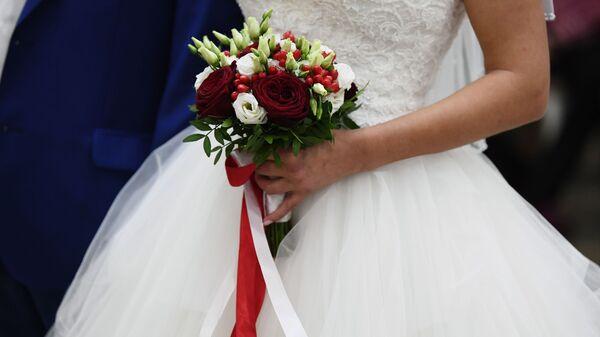 Букет в руках невесты на свадьбе - Sputnik Узбекистан
