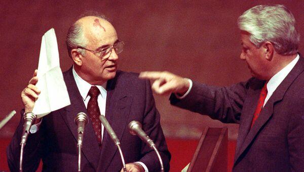Президент СССР Михаил Сергеевич Горбачев держит стенографические записи, данные ему президентом Российской Федерации Борисом Ельциным - Sputnik Узбекистан