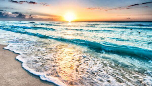 Закат солнца на песочном пляже - Sputnik Узбекистан