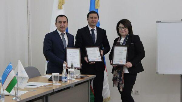 Представители Швейцарской сертификационной компании SGS вручила руководству Ассоциации Узтекстильпром международный сертификат ISO 9001:2015 - Sputnik Узбекистан
