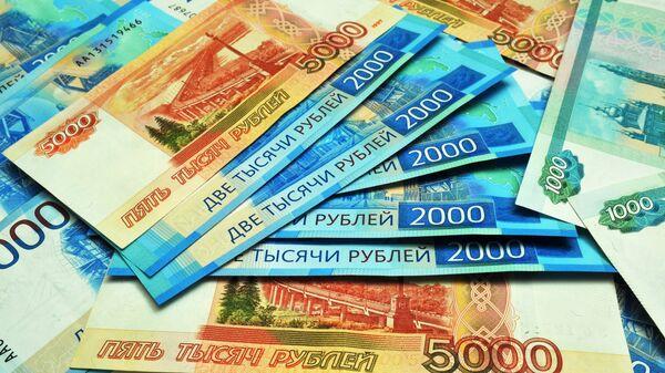 Банкноты номиналом 1000, 2000 и 5000 рублей. - Sputnik Ўзбекистон