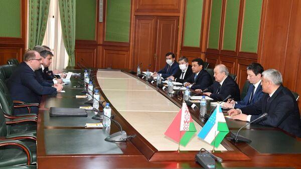 Абдулазиз Камилов встретился с первым заместителем Министра иностранных дел Республики Беларусь Александром Гурьяновым - Sputnik Узбекистан