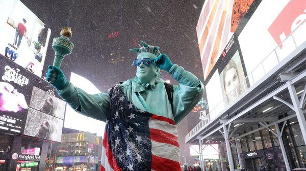 Человек в костюме Статуи Свободы на Таймс-сквер в Нью-Йорке - Sputnik Узбекистан