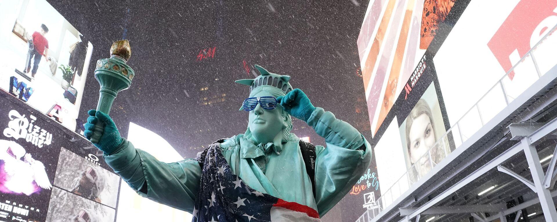 Человек в костюме Статуи Свободы на Таймс-сквер в Нью-Йорке - Sputnik Узбекистан, 1920, 05.03.2021