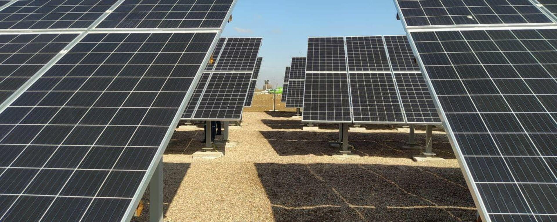 Солнечные батареи на малой ФЭС под Ташкентом - Sputnik Узбекистан, 1920, 20.05.2021