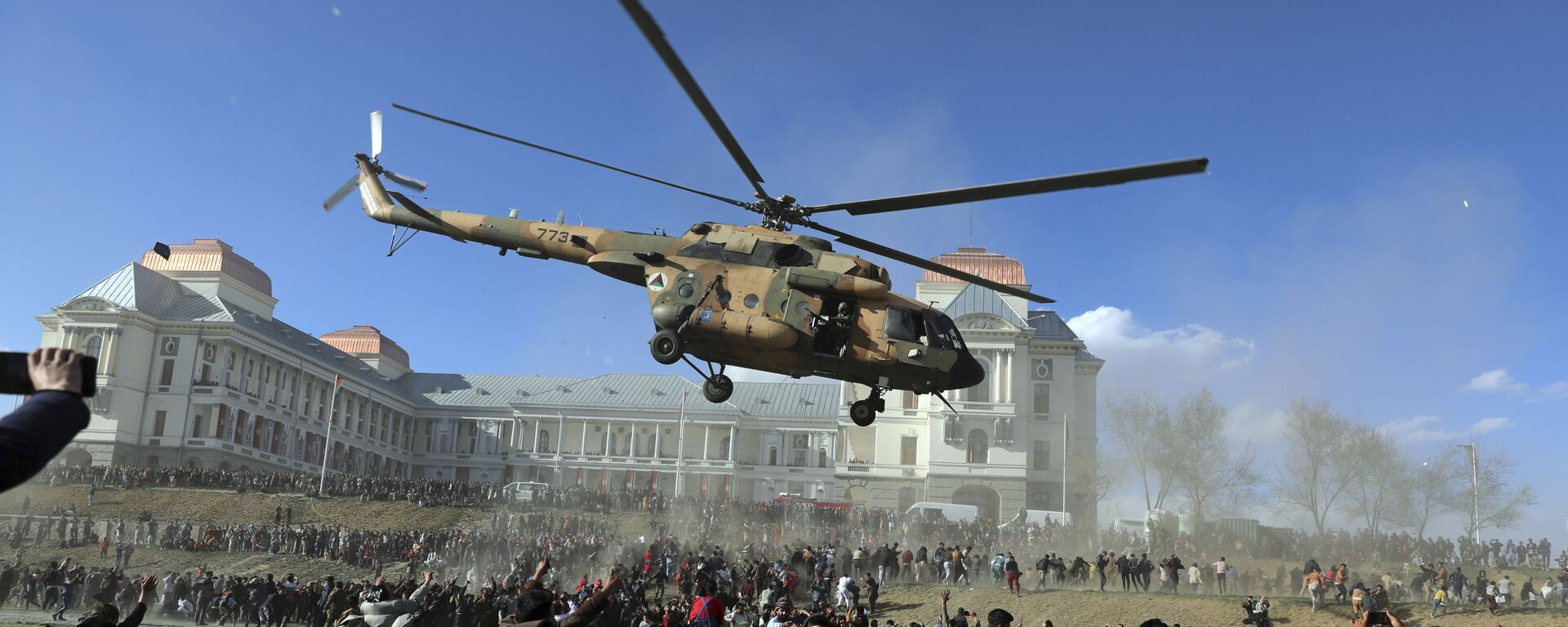 Военный вертолет во время выставки вооружения в Кабуле, Афганистан  - Sputnik Узбекистан, 1920, 19.04.2021
