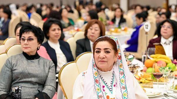Президент поздравил женщин с праздником - Sputnik Узбекистан