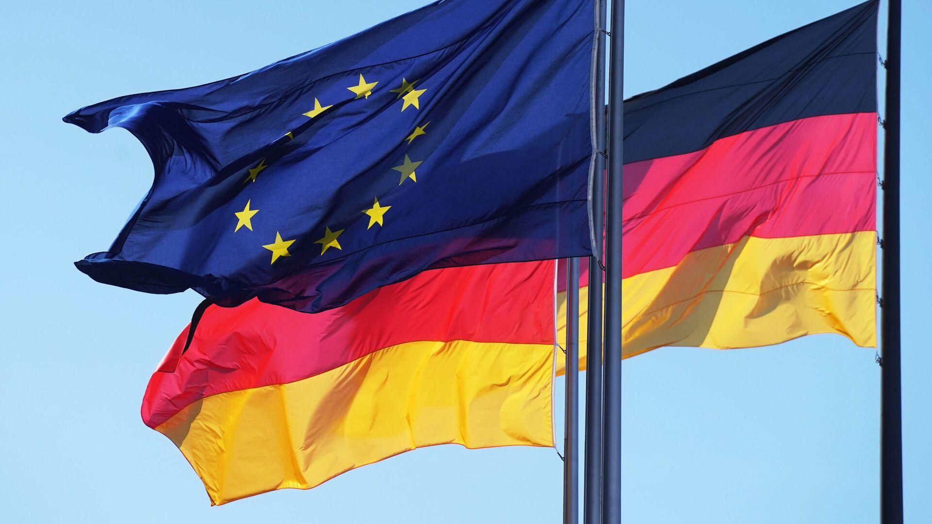 Флаги Евросоюза и Германии у здания Рейхстага в Берлине - Sputnik Узбекистан, 1920, 03.10.2021